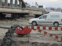 Descarga de sedimentos dragados das fundações.